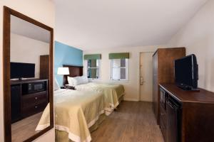 Suite with two double beds, nonsmoking