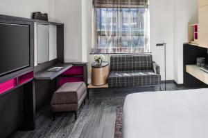 Pokoj s manželskou postelí velikosti King a výhledem na město