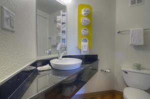 Tweepersoonskamer met 2 Bedden en een Kleine Koelkast