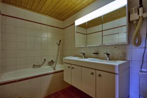 Three-Bedroom Apartment Botzatei 002, Apartmány  Verbier - big - 22