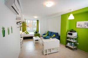 Holidays2Malaga Studios Juan de Mena, Apartments  Málaga - big - 3