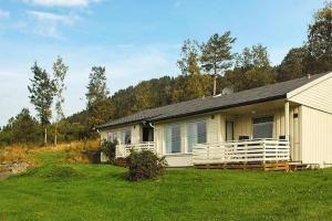 Two-Bedroom Holiday home in Averøy 2, Prázdninové domy  Karvåg - big - 4