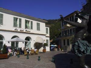 Les Deux Frères, Hotel  Roquebrune-Cap-Martin - big - 1