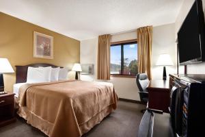 Standard Queen Room (3rd Floor Only)