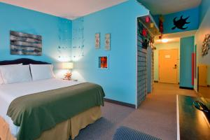 Room with Queen Bed and Bunk Beds (Theme Room)