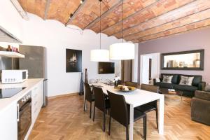 Four-Bedroom Apartment Comfort II - Ronda Universitat 15