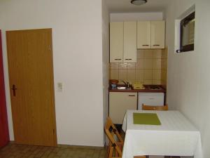Apartment Ela, Apartmány  Povljana - big - 24