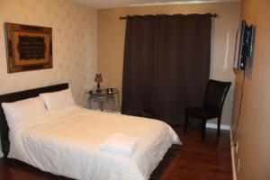 Queen Room with Shared Bathroom - Second Floor