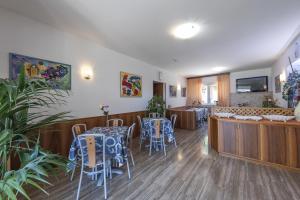 Hotel Garni Ischia, Отели  Мальчезине - big - 57