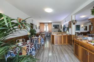 Hotel Garni Ischia, Отели  Мальчезине - big - 43