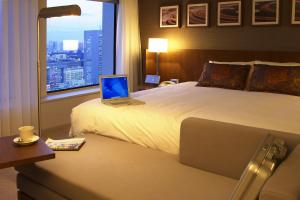 Plaza Premier King Room with free access to Lounge - Non-Smoking