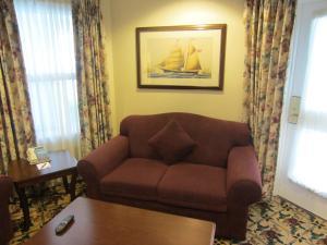 Queen Parlor Suite