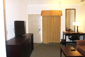 Queen Suite with Two Queen Beds with Balcony - Non smoking