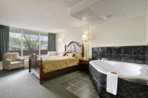 Queen Suite with Spa Bath - Smoking
