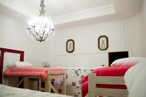 Cama num Dormitório Feminino com 8 Camas e Casa de Banho Privativa