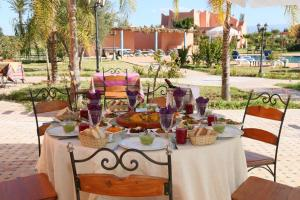 Les Riads de Jouvence, Bed and Breakfasts  Oulad Mazoug - big - 8