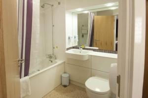 Premier Inn Manchester Airport Runger Lane North, Отели  Хейл - big - 7
