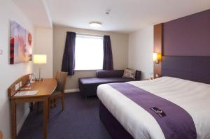 Premier Inn Manchester Airport Runger Lane North, Отели  Хейл - big - 4