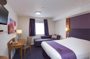 Premier Inn Manchester Airport Runger Lane North, Отели  Хейл - big - 9