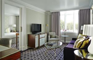 Junior Suite with Lounge Access and City View