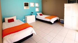 Tweepersoonskamer met 2 Aparte Bedden en Gedeelde Badkamer