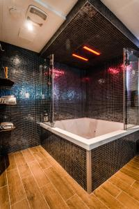 Deluxe Queen Room with Spa Bath-Smoking