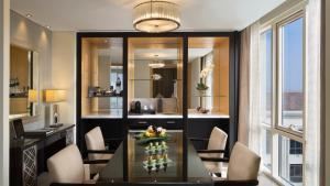 Corner Suite ( 2 adults + 2 children) - Including access to Ski Dubai for 2