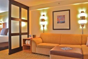 Zimmer mit Kingsize-Bett und Hafenblick