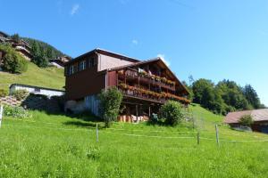 Ferienhaus Wang, Apartmanok  Beatenberg - big - 1