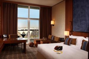 Rom Premium med king-size-seng og utsikt over marinaen
