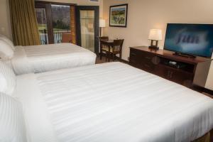 Habitación con cama extragrande y balcón