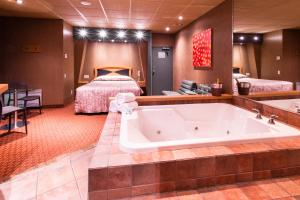 Queen Room with Whirlpool - Smoking