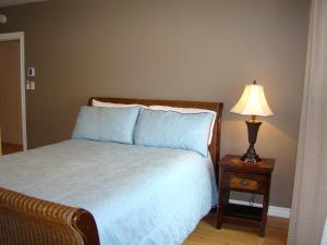 Superior Room with Queen Bed and Private Bathroom