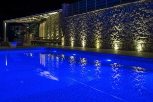 Luxurious Villa Kastro with Salt Water Swimming Pool, Vily  Nikiana - big - 13