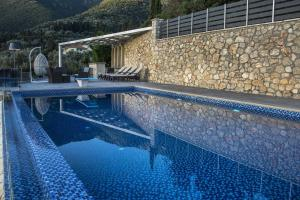Luxurious Villa Kastro with Salt Water Swimming Pool, Vily  Nikiana - big - 11