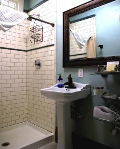 Small Queen Room with Shower - Non Smoking