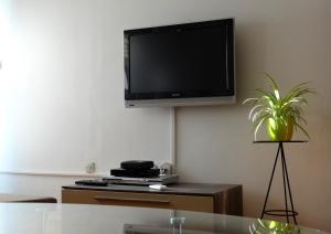 SUNNY apartment in the city centre, Apartmanok  Zára - big - 17