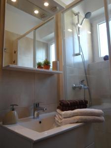 SUNNY apartment in the city centre, Apartmanok  Zára - big - 10