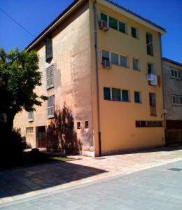 SUNNY apartment in the city centre, Apartmanok  Zára - big - 8