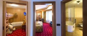 Alpen Hotel Corona, Hotely  Vigo di Fassa - big - 18