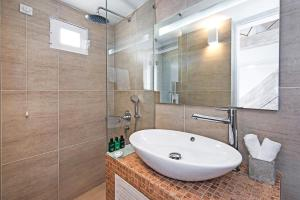 Athina Luxury Suites, Hotels  Fira - big - 113