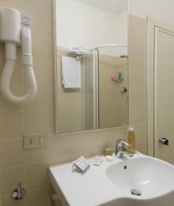 Hotel Nives, Отели  Риччоне - big - 9