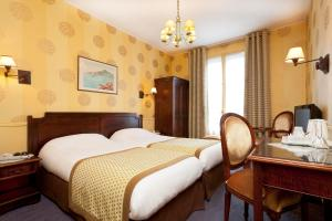 Standard Twin Room with Arc de Triomphe View