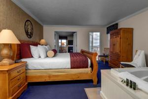 Cherry Tree Inn and Suites, Отели  Traverse City - big - 75