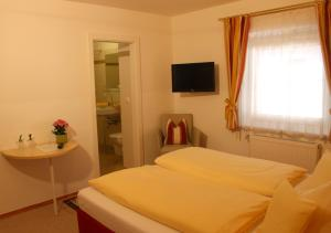 Hotel-Pension Falkensteiner, Hotels  Sankt Gilgen - big - 32
