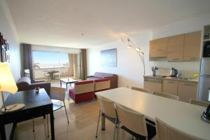 One-Bedroom Apartment with Sea View (6 Adults)