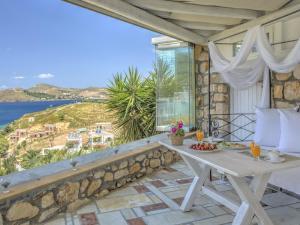Eirini Luxury Hotel Villas, Villas  Grikos - big - 81
