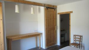 Zimmer mit Kingsize-Bett und Gartenblick.