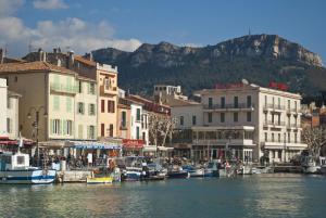 Appartement avec terrasse, sur le port, pieds dans l'eau, Apartments  Cassis - big - 30