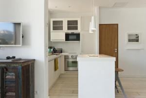 Appartement avec terrasse, sur le port, pieds dans l'eau, Apartments  Cassis - big - 23